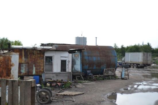 Восточнее ЖК «София» в непосредственной близости к предполагаемому месту размещения паркинга.