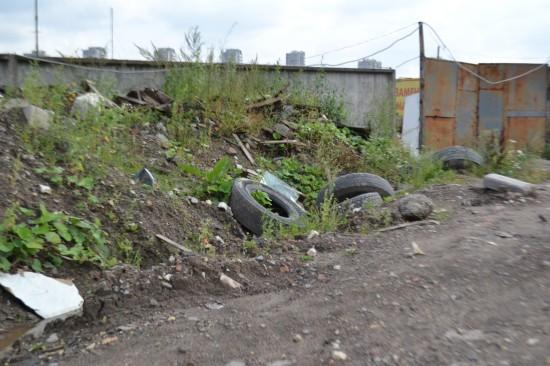 Дорога от Софийской улицы с горами строительного мусора.