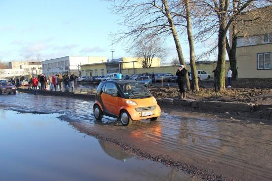 """Участница ралли """"Гаражный проезд"""" пытается довезти ведро воды, не расплескав его по дороге. Фото Дениса Шаляпина."""